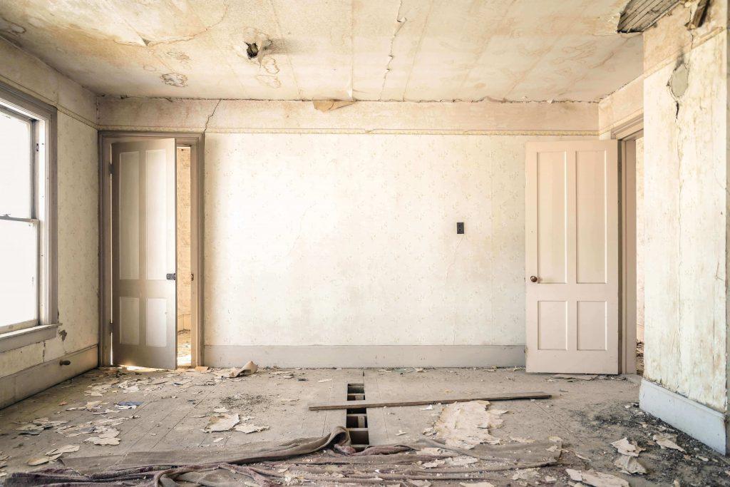 изпразнен апартамент, нуждаещ се от основен ремонт