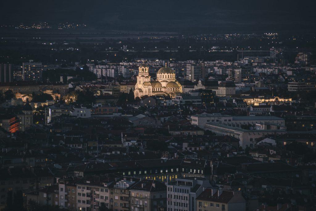 София център от въздуха с акцент върху катедралата Александър Невски