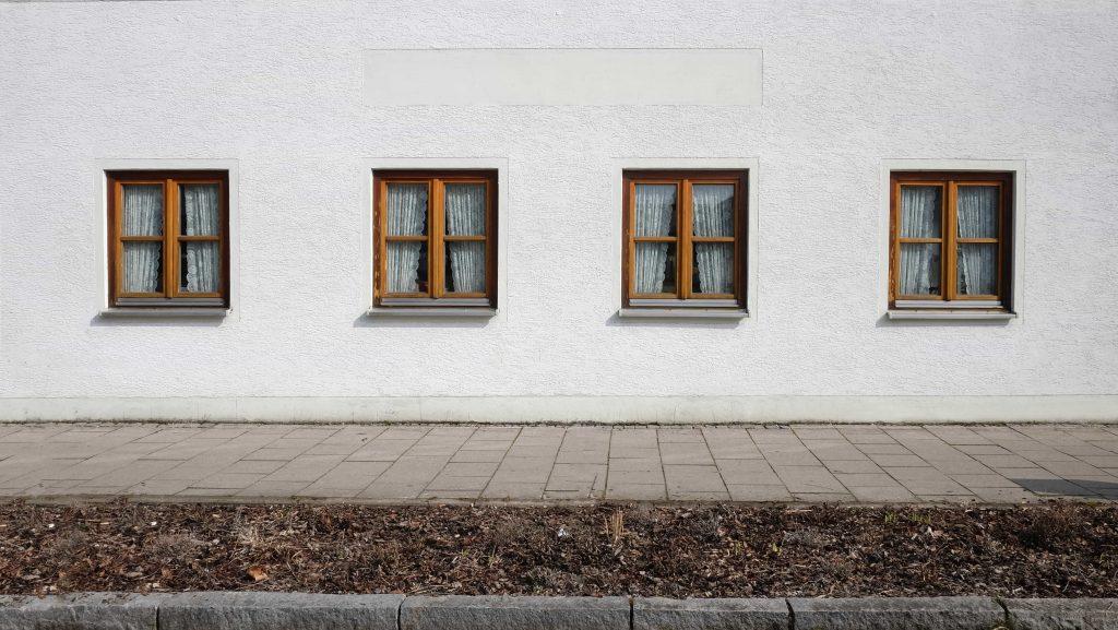 четири съседни прозореца