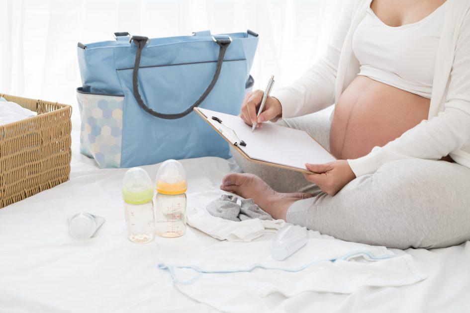 бременна жена прави списък