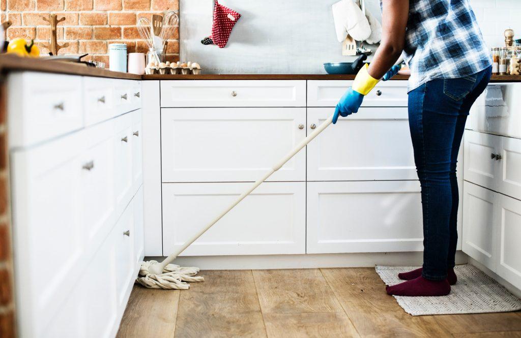 жена чисти кухненски под