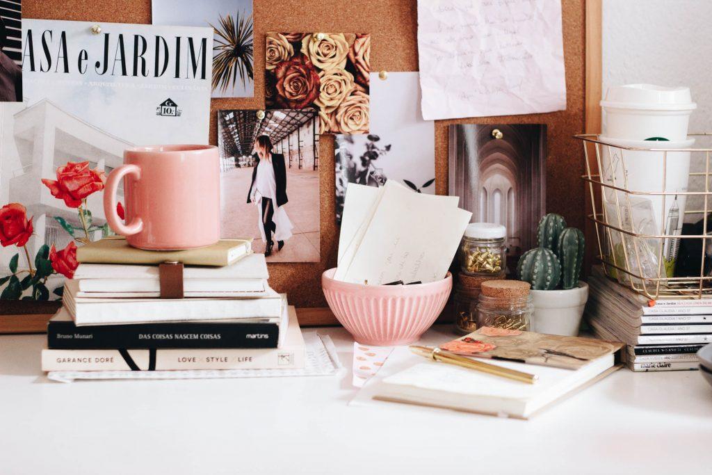 момичешко бюро с много снимки и сувенири