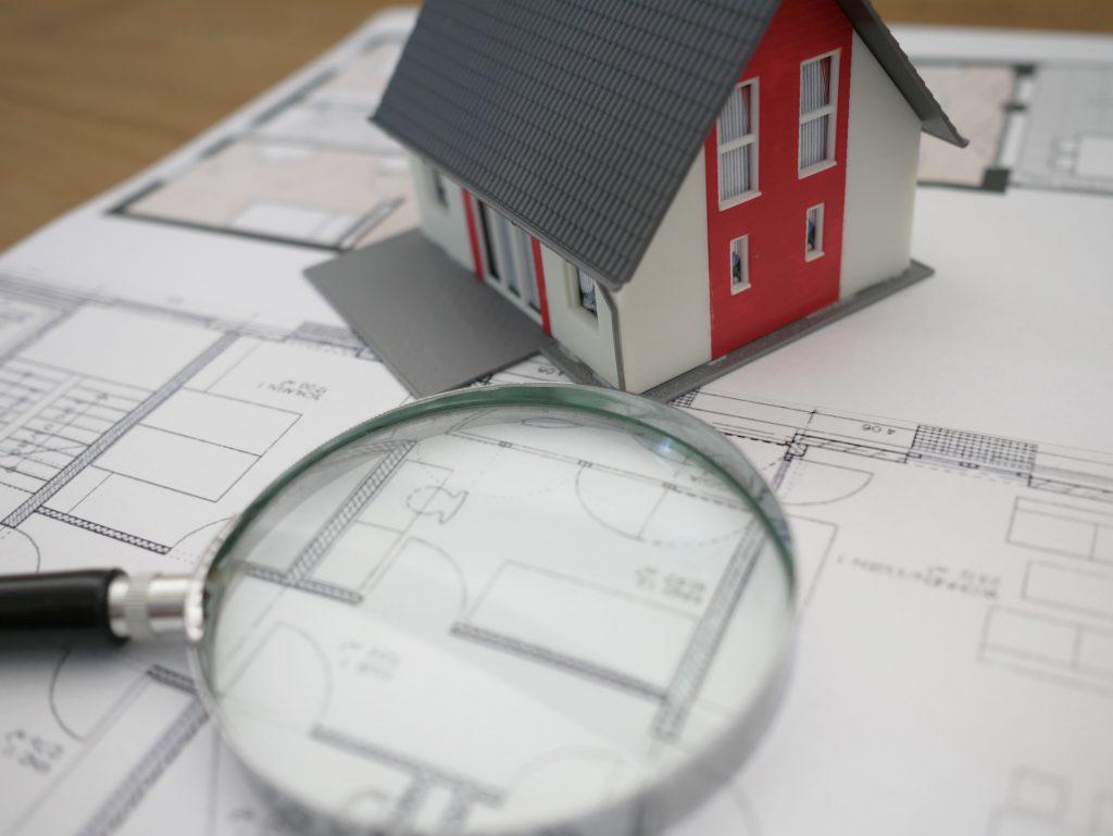 лупа, скица и макет на къща