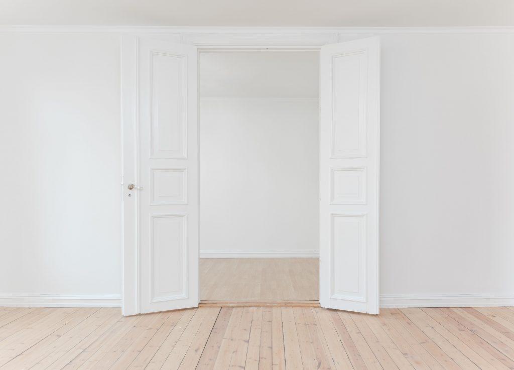 отворени бели двойни врати