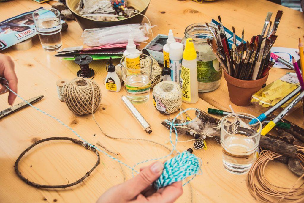 плот, пълен с четки, канап, лепила и други пособия за творене