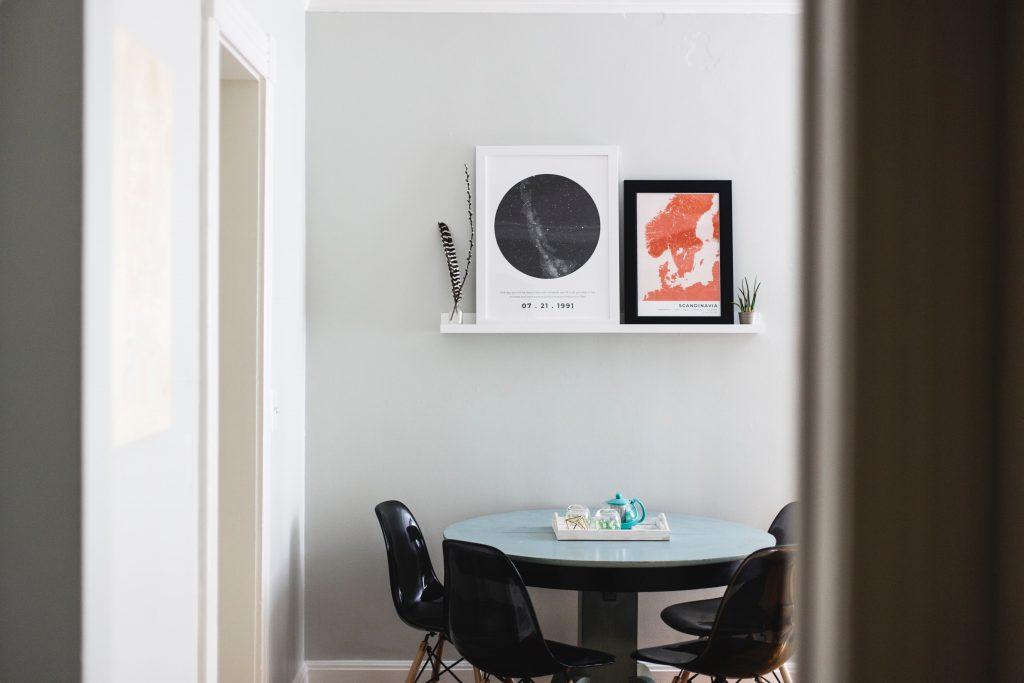 две карти окачени върху кухненска маса