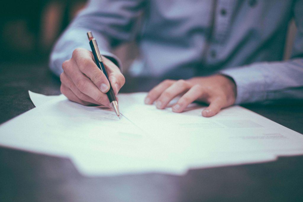 мъж подписва договор за ипотечен кредит
