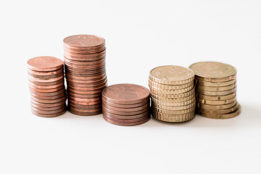 купчини жълти стотинки с различна височина