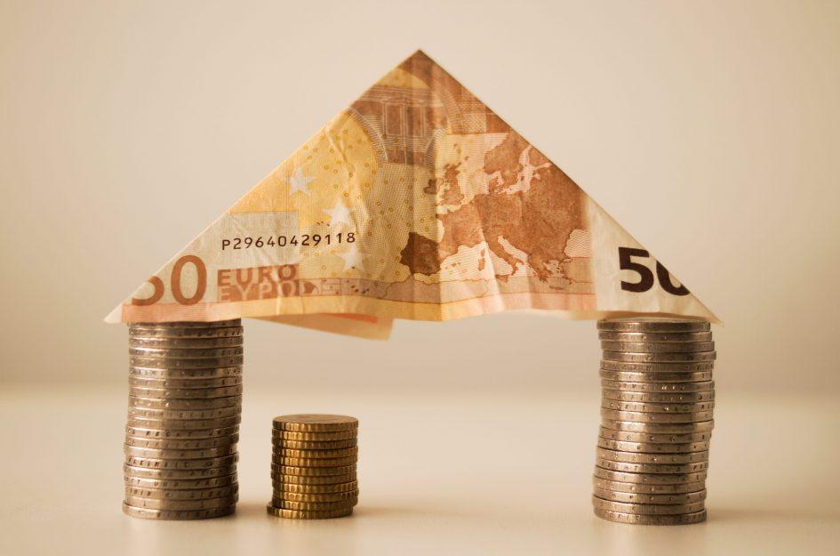 къщичка направена от стотинки и банкноти