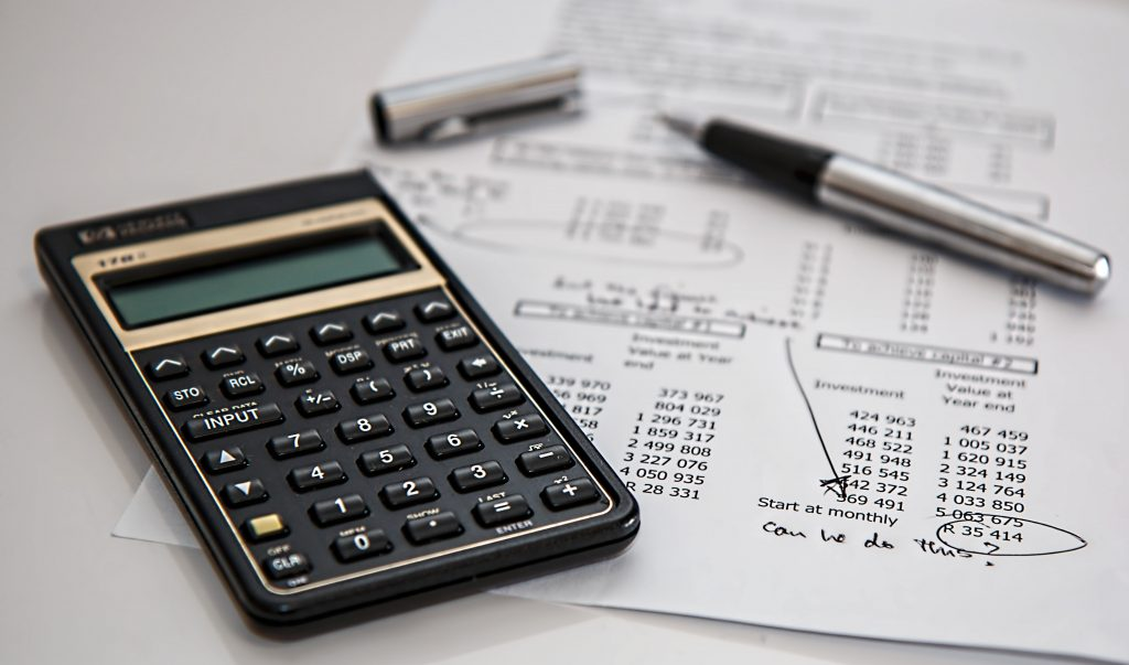 калкулатор, химикалка и документи с цени