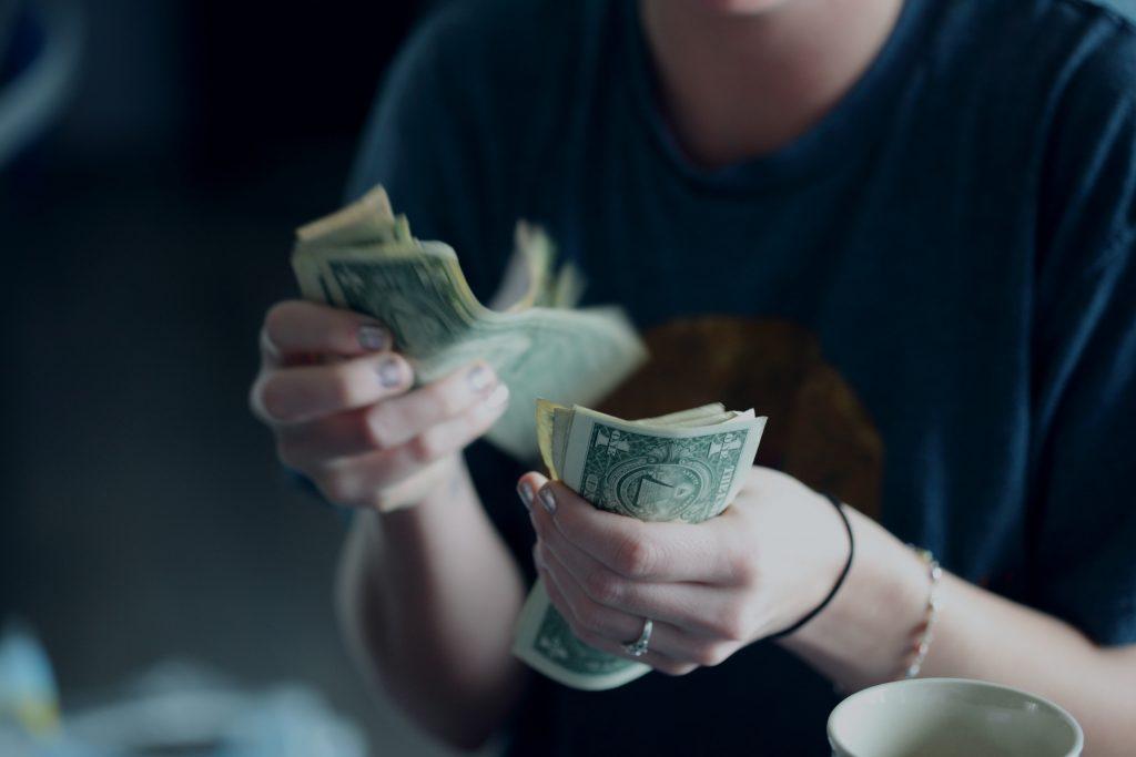 женски ръце броят пари