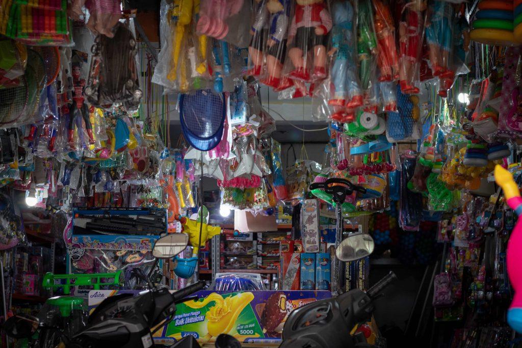 магазин, преливащ от играчки