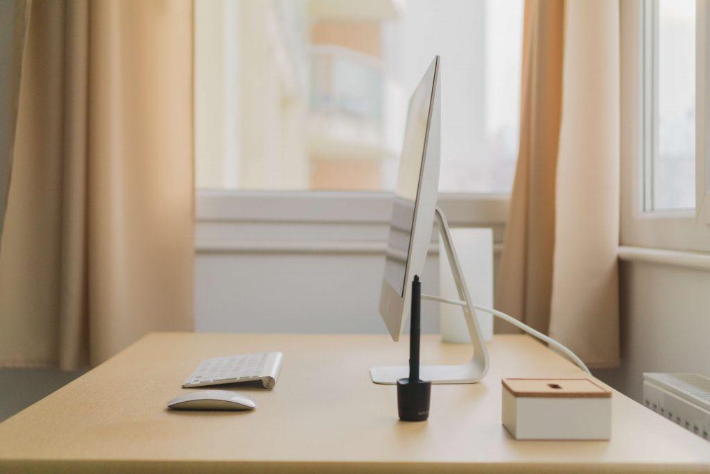 подредено дървено бюро