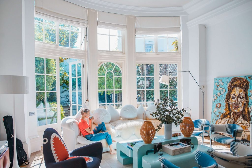 луксозен хол с френски прозорци
