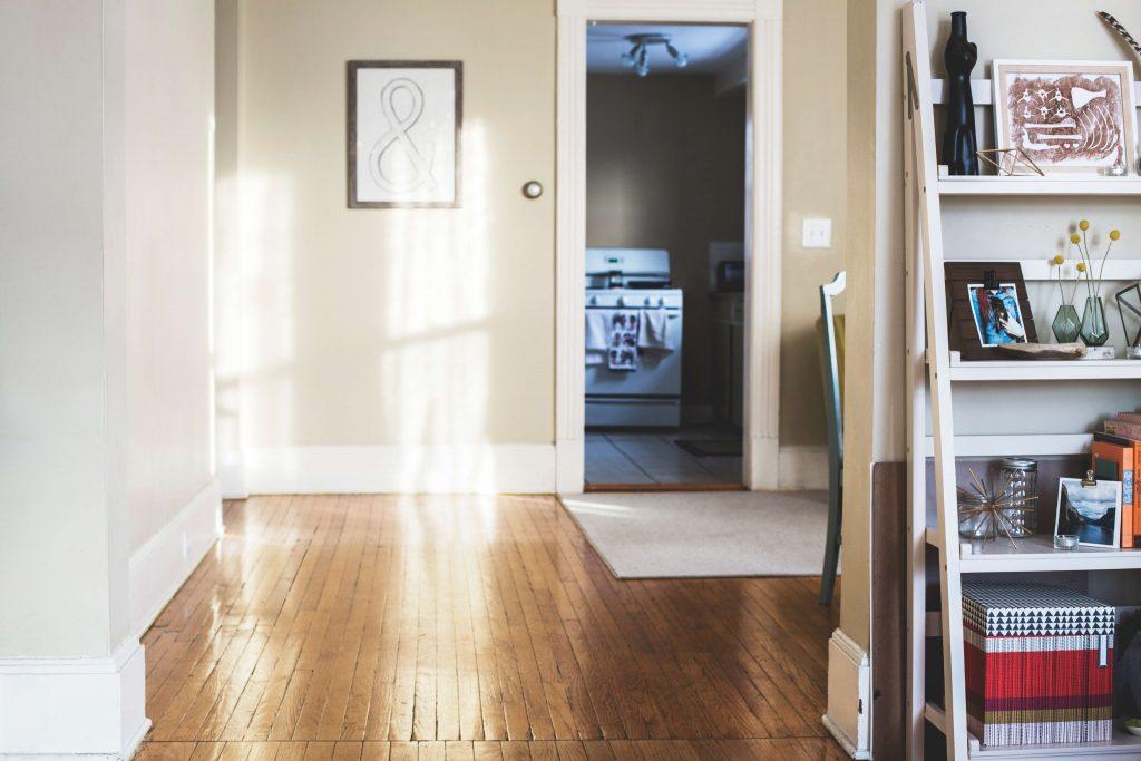 снимка на апартамент, озарен от естествена светлина