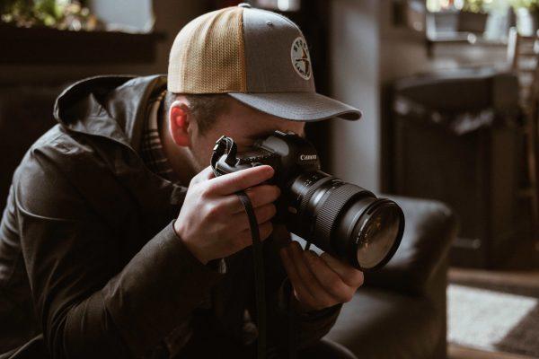 мъж снимащ с dslr камера