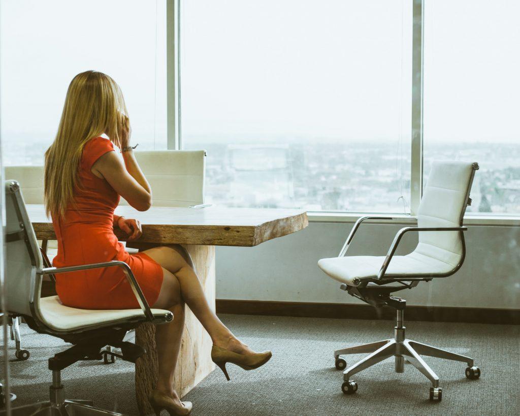Бизнес дама говори по телефон