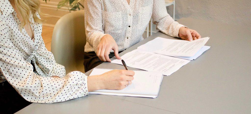 Две жени на банкова консултация