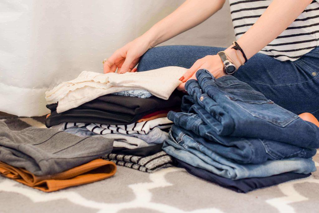 Жена сгъва дрехи