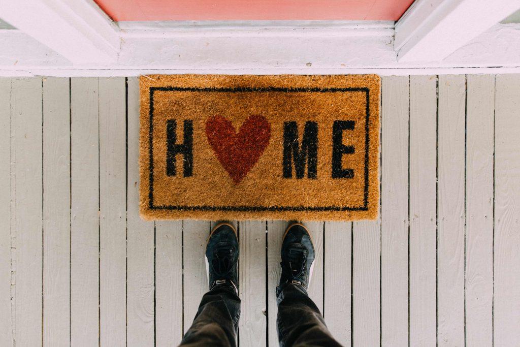 постелка за врата с надпис Home и сърце
