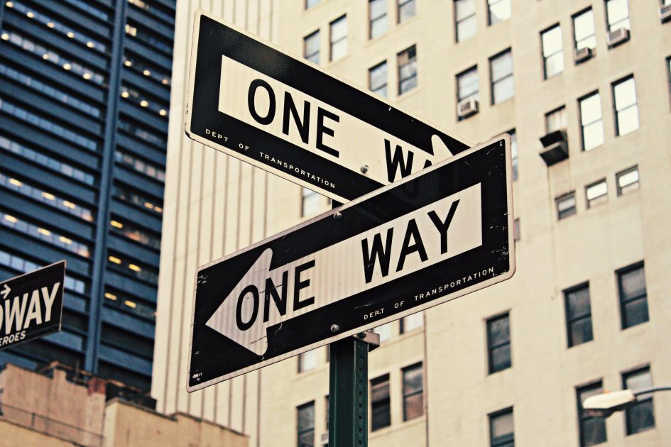 два знака за еднопосочни улици