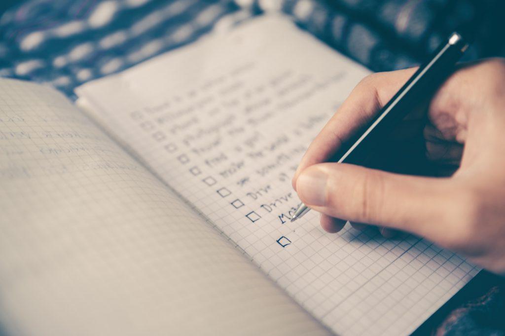 момиче пише списък с приоритети