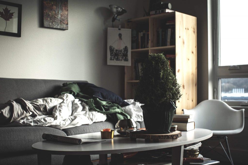 купчина одеала върху диван