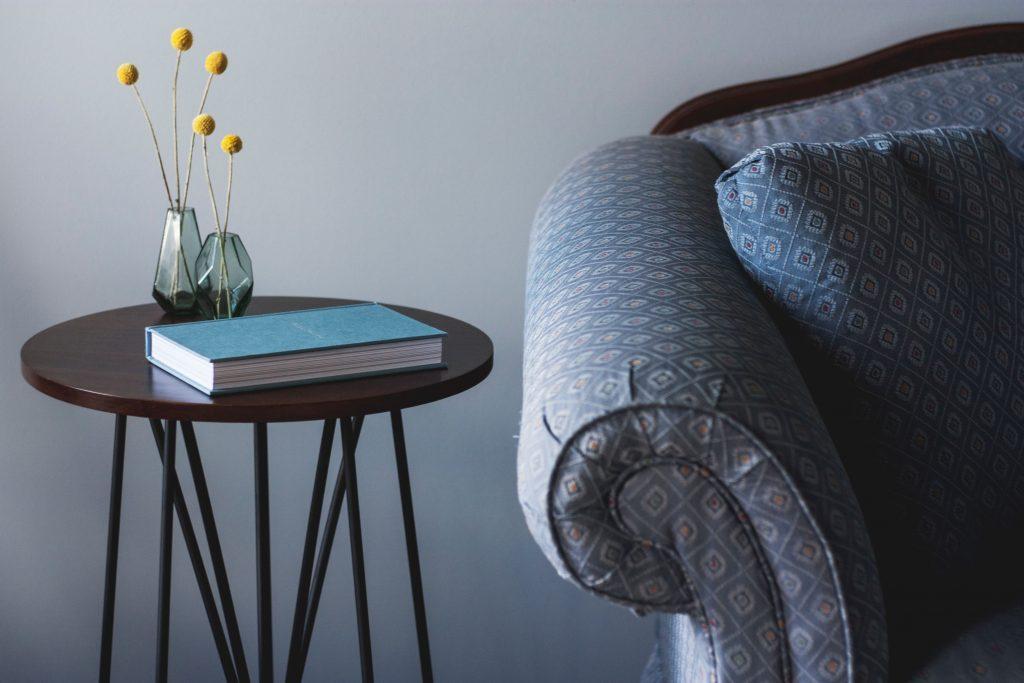 диван и масичка с книга върху нея