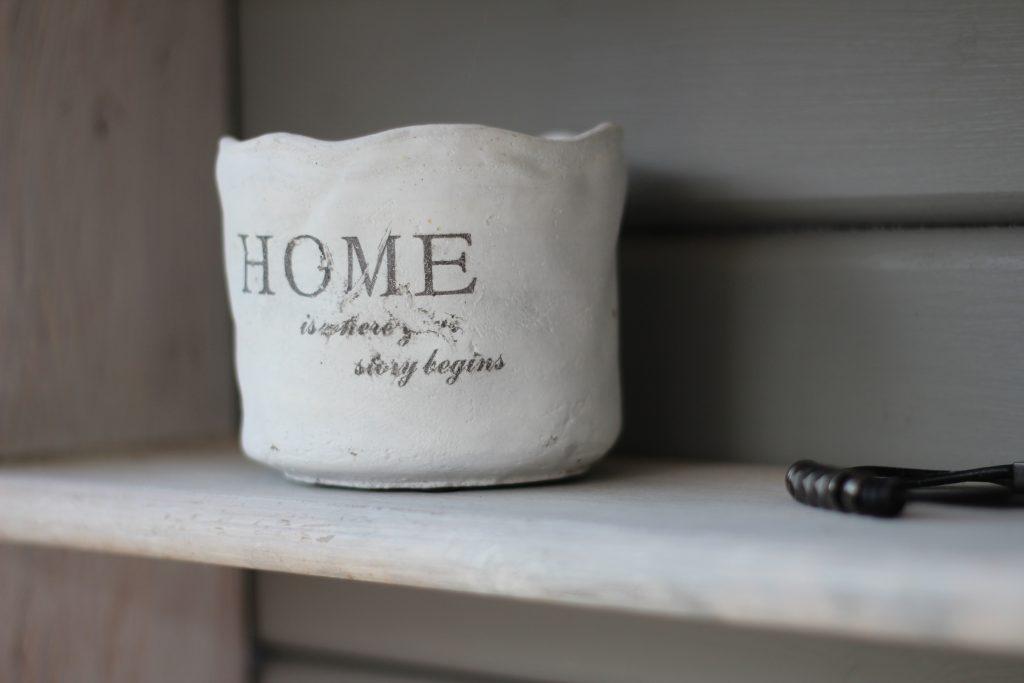 """циментена саксия с надпис """"home"""""""