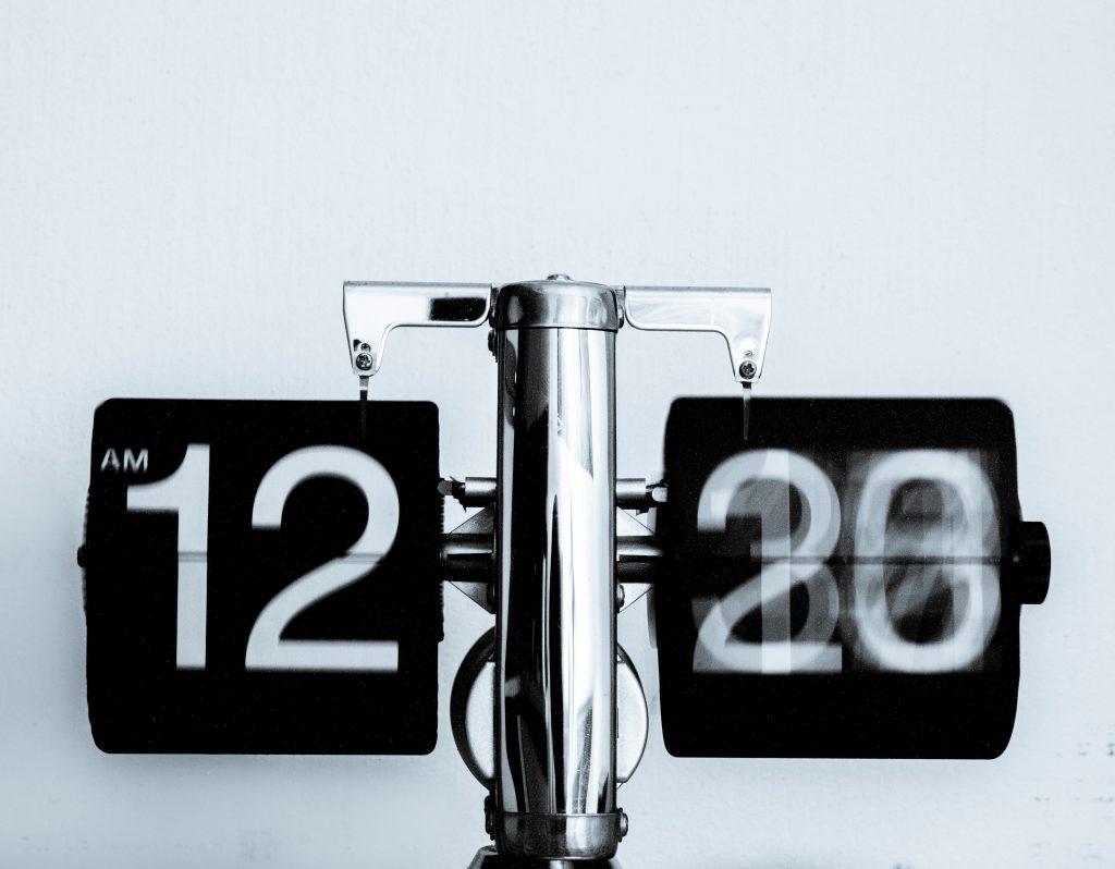 часовник отмерващ бързо изтичащото време