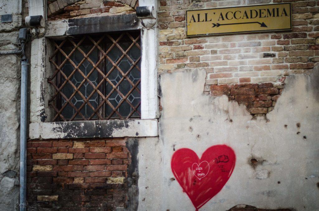 запусната фасада на сграда и графит сърце