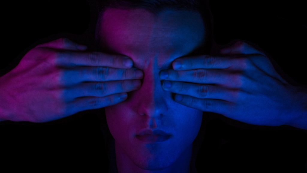 мъжко лице със закрити очи