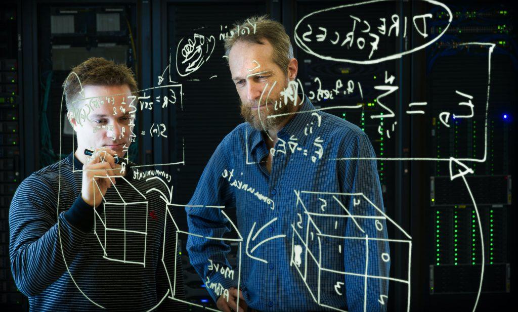 двама мъже правят изчисления