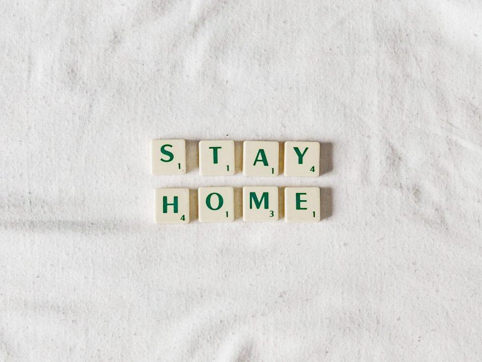 """Надпис """"Остани вкъщи"""""""