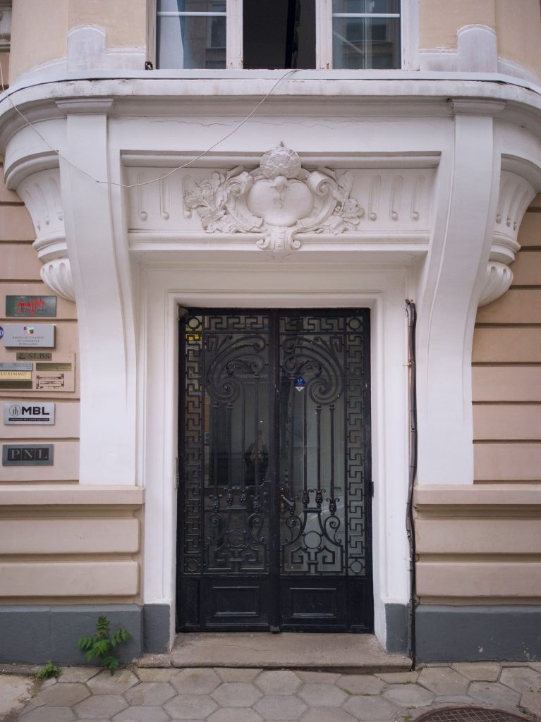 "входа на ул. ""Кузман Шапкарев"" 1"