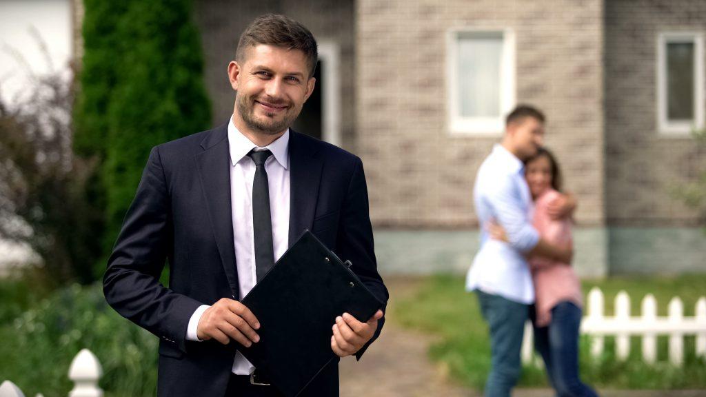 брокер на недвижими имоти показва жилище на двойка купувачи