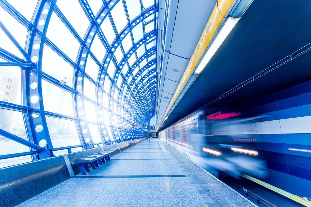 влак преминава на бърза скорост през метростанция
