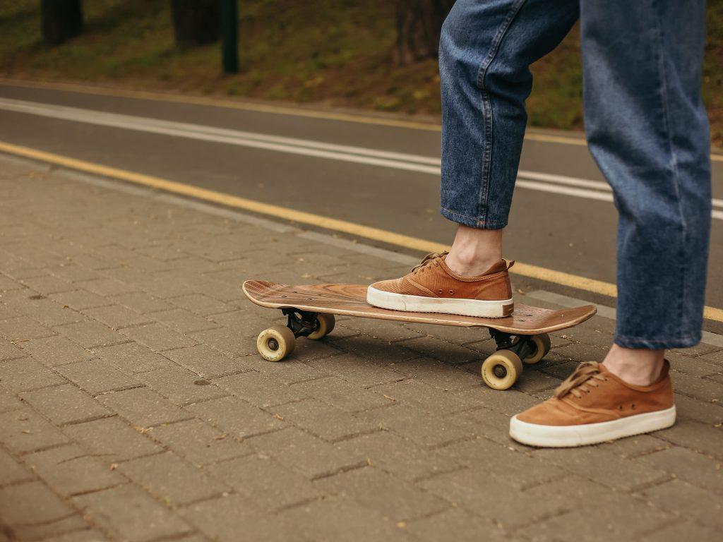 мъж, стъпил върху скейтборд в парка