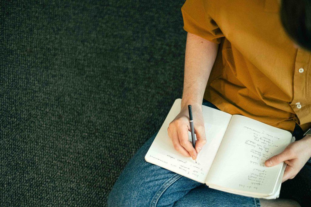 момиче прави списък в тефтера си