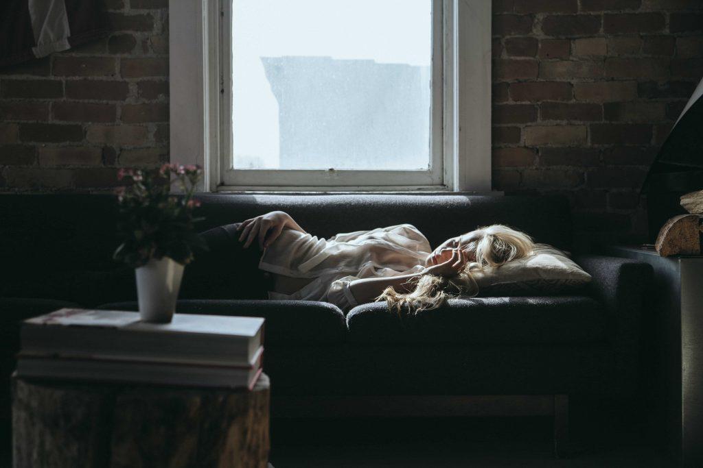 русо момиче спи на дивана