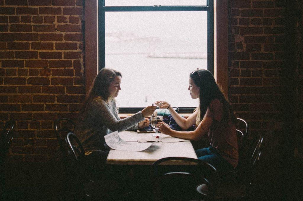 две момичета в кафене