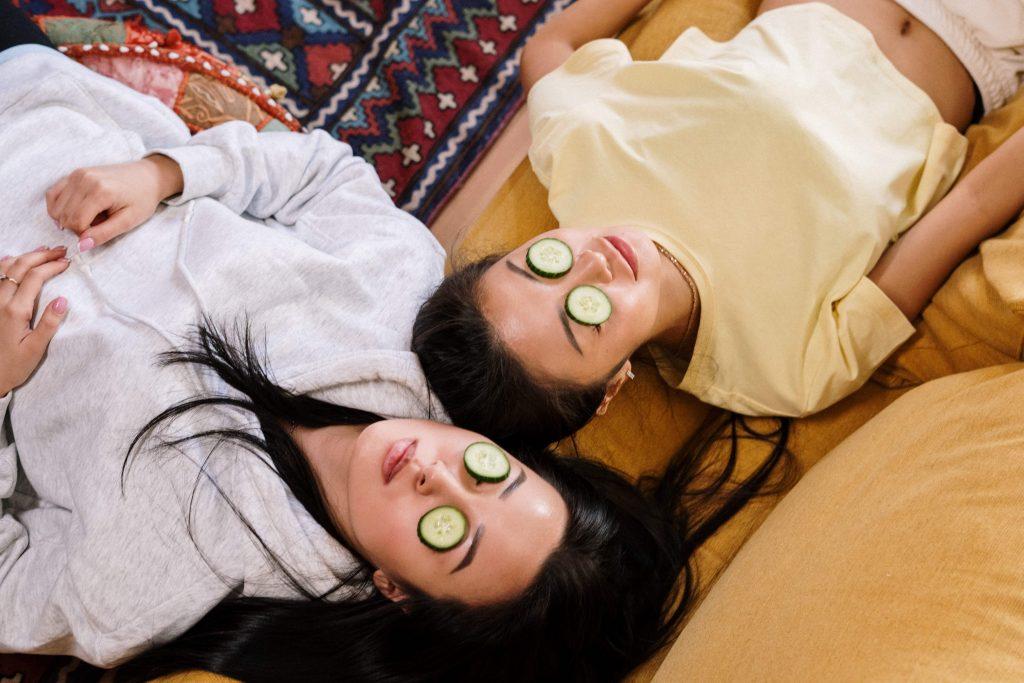 момичета с маски за лице и са се излегнали на килима