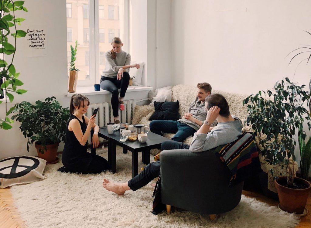 съквартиранти прекарват време заедно в хола