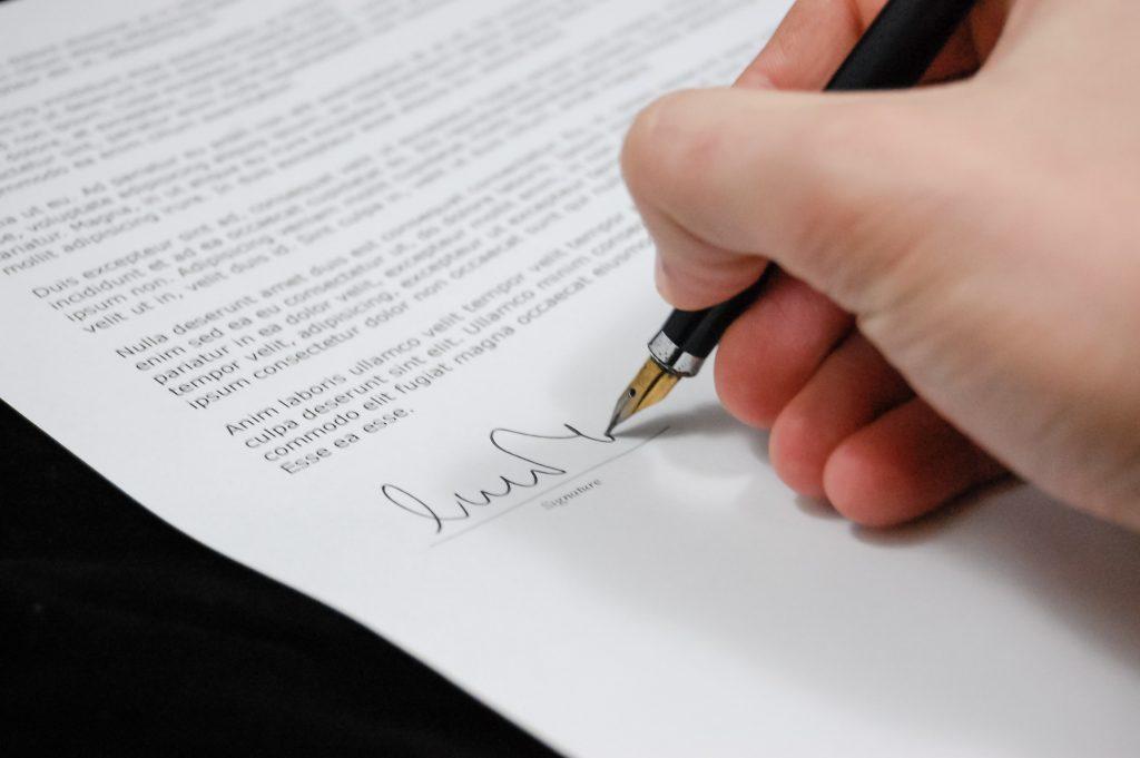 жена подписва договор за наем