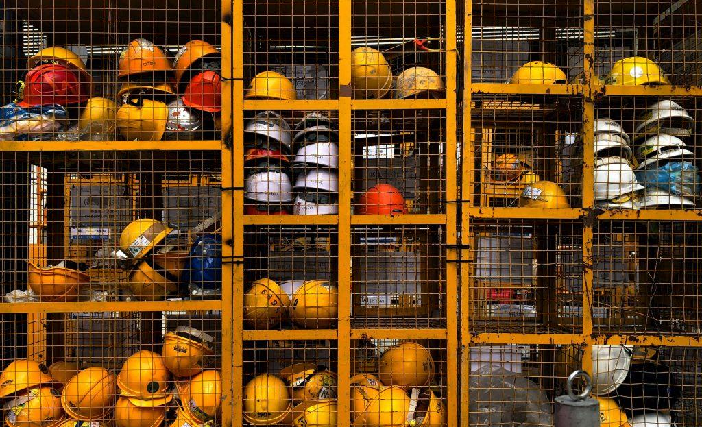 защитни каски на строителен обект