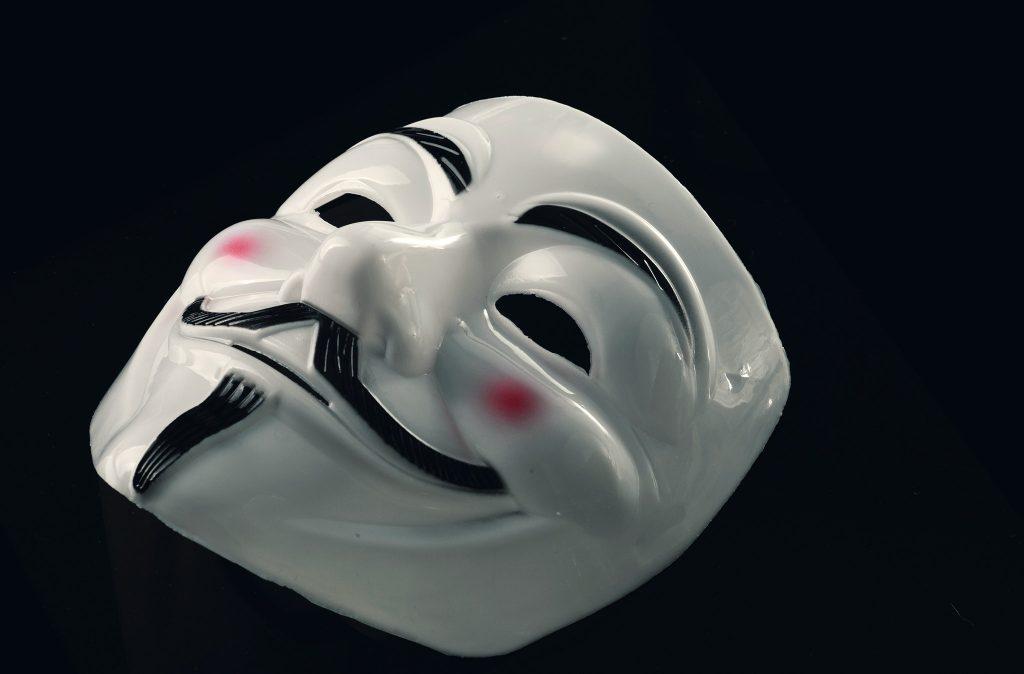маска Anonymous на черен фон