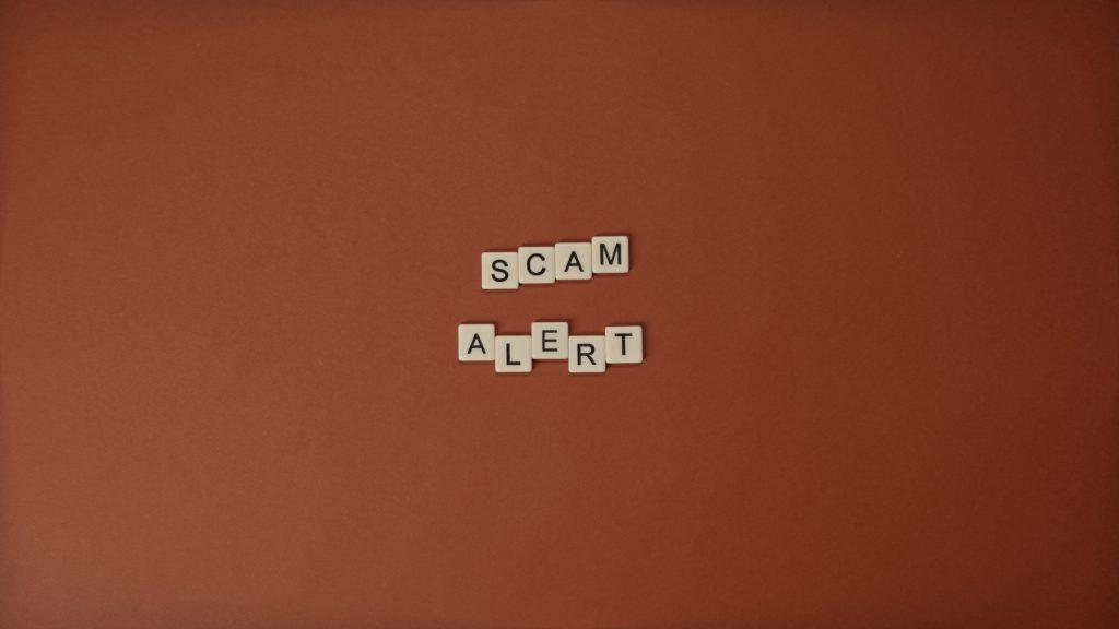 """червен фон с надпис """"аларма за измами"""""""