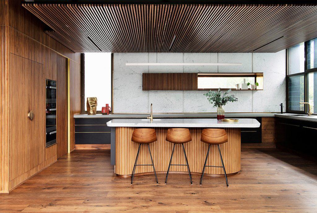 модерна кухня със стени и остров с flutted текстура