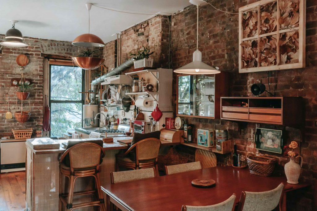 апартамент с множество вещи по стените