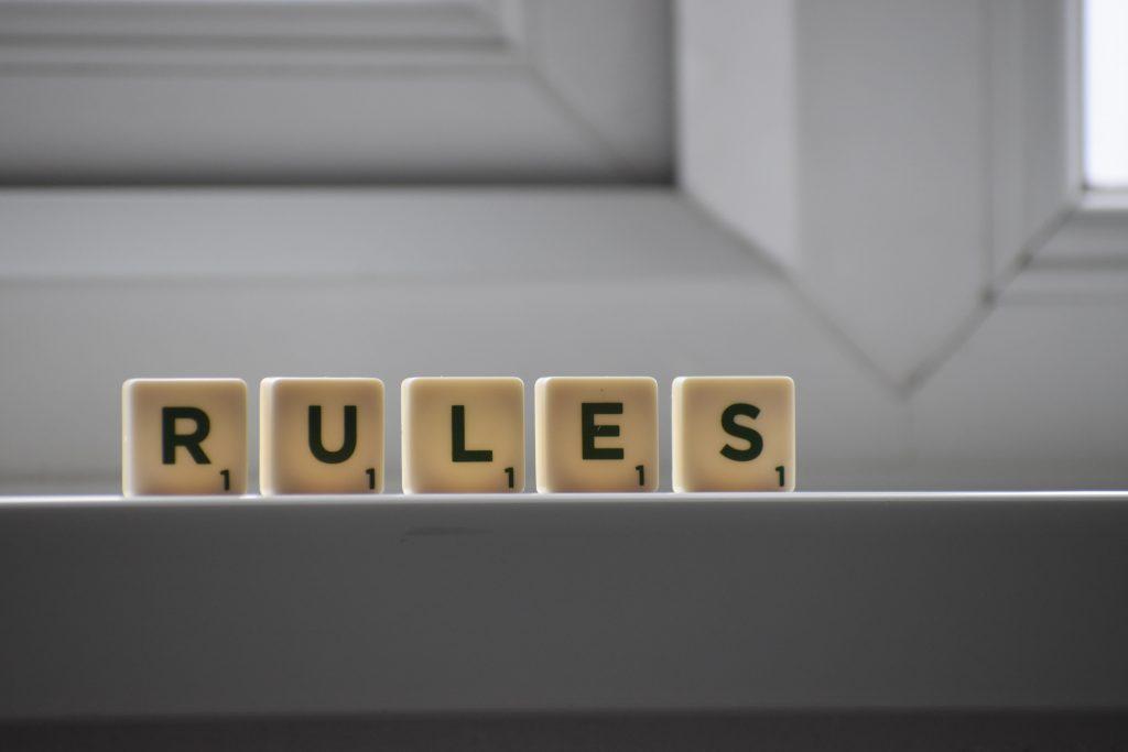 Думата правила изписана от малки плочки за игра на думи